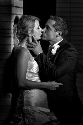 museum of contemporary art wedding picture kissing
